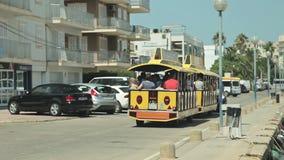 Τραίνο πόλεων τουριστών με τα ρυμουλκά Το γιοτ δένεται δίπλα στην περιοχή παραλιών Ισπανικός χώρος στάθμευσης για τα γιοτ στο α φιλμ μικρού μήκους