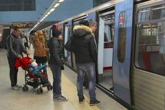 Τραίνο πλατφορμών μετρό ανθρώπων, Λισσαβώνα, Πορτογαλία Στοκ εικόνα με δικαίωμα ελεύθερης χρήσης