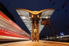 Τραίνο σε έναν σιδηροδρομικό σταθμό τη νύχτα Στοκ εικόνες με δικαίωμα ελεύθερης χρήσης