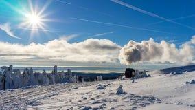 Τραίνο σε ένα όμορφο χειμερινό τοπίο Στοκ φωτογραφία με δικαίωμα ελεύθερης χρήσης