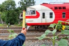 Τραίνο σε κίνηση με μια σημαία Στοκ φωτογραφίες με δικαίωμα ελεύθερης χρήσης