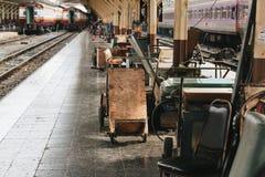 Τραίνο σιδηροδρομικών σταθμών μέσα στην άποψη στοκ φωτογραφία