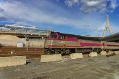 Τραίνο σιδηροδρόμων και αναμνηστική γέφυρα Hill αποθηκών Zakim στη Βοστώνη Στοκ Φωτογραφία