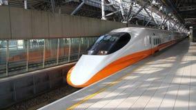 Τραίνο σιδηροδρόμων υψηλής ταχύτητας της Ταϊβάν (THSR) στο σταθμό Taichung THSR HD φιλμ μικρού μήκους