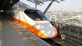 Τραίνο σιδηροδρόμων υψηλής ταχύτητας της Ταϊβάν (THSR) στο σταθμό Taichung THSR HD απόθεμα βίντεο