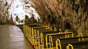 Τραίνο σπηλιών που αφήνει το σταθμό απόθεμα βίντεο