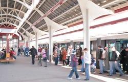 τραίνο σταθμών ανθρώπων Στοκ εικόνες με δικαίωμα ελεύθερης χρήσης