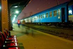 τραίνο σταθμών νύχτας Στοκ φωτογραφίες με δικαίωμα ελεύθερης χρήσης