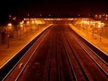 τραίνο σταθμών νύχτας στοκ εικόνες