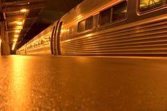 τραίνο σταθμών νύχτας Στοκ Εικόνα