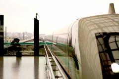 τραίνο σταθμών υψηλής ταχύτ&e Στοκ φωτογραφία με δικαίωμα ελεύθερης χρήσης