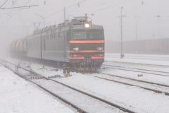 Τραίνο στην ομίχλη στοκ φωτογραφία με δικαίωμα ελεύθερης χρήσης