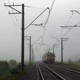 Τραίνο στην ομίχλη στοκ φωτογραφία
