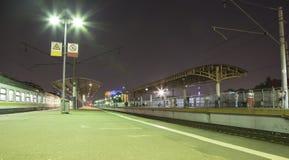 Τραίνο στην πλατφόρμα επιβατών της Μόσχας, Ρωσία τη νύχτα στοκ φωτογραφία