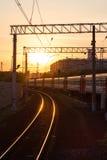 Τραίνο στο ηλιοβασίλεμα Στοκ φωτογραφία με δικαίωμα ελεύθερης χρήσης