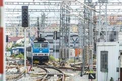 Τραίνο στο δρόμο του σε μια πλατφόρμα Στοκ Φωτογραφία