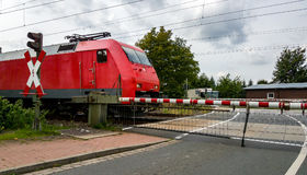 Τραίνο στο σιδηρόδρομο που διασχίζει στη Γερμανία Στοκ Εικόνες