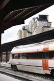 Τραίνο στο σιδηροδρομικό σταθμό Στοκ φωτογραφία με δικαίωμα ελεύθερης χρήσης