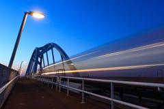 Τραίνο στο σούρουπο Στοκ Εικόνες