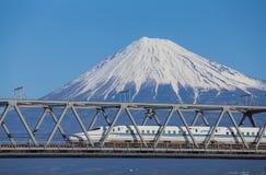 Τραίνο σφαιρών Tokaido Shinkansen με την άποψη του fuji βουνών Στοκ Εικόνα