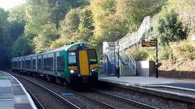 Τραίνο σωλήνων στην πλατφόρμα στο Λονδίνο σε Tanworth σε Arden Στοκ Φωτογραφία