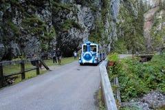 Τραίνο τουριστών στο φαράγγι Serrai Di sottoguda ευρύ, είναι η στενότερη οδός στην πόλη και μια από τις περισσότερες 3 στενές οδο Στοκ φωτογραφίες με δικαίωμα ελεύθερης χρήσης