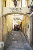 Τραίνο τουριστών s στην παλαιά ιστορική οδό αλεών διαδρόμων στη Μπρατισλάβα Στοκ Φωτογραφία