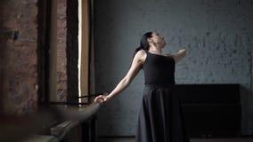 Τραίνο του χορευτή γυναικών στο μαύρο φόρεμα - σε αργή κίνηση απόθεμα βίντεο