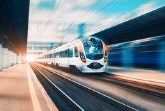 Τραίνο υψηλής ταχύτητας στο σιδηροδρομικό σταθμό στο ηλιοβασίλεμα στοκ εικόνες
