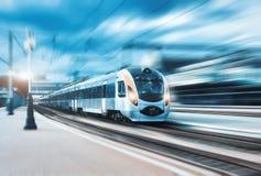 Τραίνο υψηλής ταχύτητας στο σιδηροδρομικό σταθμό στο ηλιοβασίλεμα στοκ φωτογραφία με δικαίωμα ελεύθερης χρήσης