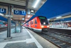 Τραίνο υψηλής ταχύτητας στο σιδηροδρομικό σταθμό τη νύχτα στοκ φωτογραφία με δικαίωμα ελεύθερης χρήσης