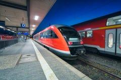 Τραίνο υψηλής ταχύτητας στο σιδηροδρομικό σταθμό τη νύχτα στοκ εικόνες