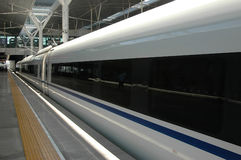 τραίνο υψηλής ταχύτητας τη&s Στοκ Φωτογραφίες