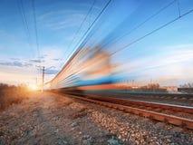 Τραίνο υψηλής ταχύτητας στην κίνηση στη διαδρομή σιδηροδρόμου Στοκ Φωτογραφίες