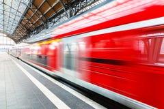 Τραίνο υψηλής ταχύτητας στην πλατφόρμα σταθμών Στοκ Φωτογραφία