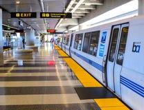 Τραίνο ΨΑΡΟΝΕΤΩΝ στον αερολιμένα του Σαν Φρανσίσκο Στοκ Εικόνες