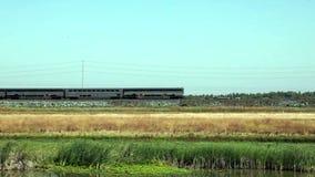 Τραίνο Amtrak με τέσσερα αυτοκίνητα και μηχανή που κινείται προς τα πίσω φιλμ μικρού μήκους