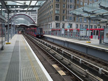Τραίνο DLR στο σταθμό αποβαθρών DLR της δυτικής Ινδίας Στοκ Φωτογραφία