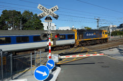 Τραίνο MAXX στο πέρασμα του σιδηροδρόμου στο Ώκλαντ Νέα Ζηλανδία Στοκ Εικόνες