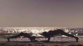 Τραίνο Mom και γιων στην παραλία Άσκηση ενάντια στη θάλασσα φιλμ μικρού μήκους