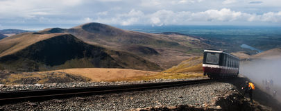 Τραίνο Snowdonia με το εισερχόμενο σύννεφο Στοκ Εικόνες