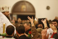 Τραβήξτε τα χέρια σας στο Θεό Ερώτηση του Θεού για τη βοήθεια Στοκ Φωτογραφίες