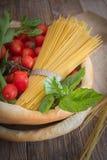 Τραγανός δίσκος ψωμιού με τα συστατικά Στοκ Εικόνες