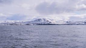 Τραγανό νερό Icey χιονόνερου με ένα χιονώδες βουνό Στοκ Εικόνα