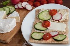 Τραγανό ψωμί δημητριακών με τα λαχανικά Στοκ Φωτογραφία