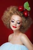 τραγελαφικός Χιουμοριστική γυναίκα με τα κόκκινα μήλα και φανταχτερό Makeup στοκ φωτογραφίες με δικαίωμα ελεύθερης χρήσης