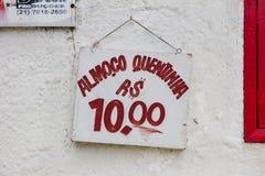 Τραγουδήστε που διαβάζει, στα πορτογαλικά, το μεσημεριανό γεύμα για 10 reais, άσπρο υπόβαθρο, κόκκινη πηγή, Ρίο ντε Τζανέιρο στοκ εικόνες