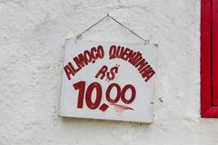 Τραγουδήστε που διαβάζει, στα πορτογαλικά, το μεσημεριανό γεύμα για 10 reais, άσπρο υπόβαθρο, κόκκινη πηγή, Ρίο ντε Τζανέιρο στοκ φωτογραφία με δικαίωμα ελεύθερης χρήσης