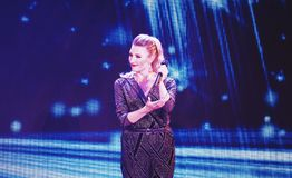 Τραγουδιστής που χαμογελά στη σκηνή Στοκ Εικόνες