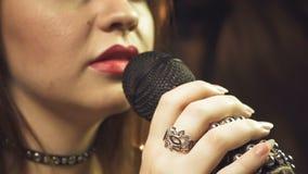 Τραγουδώντας έφηβη με τα κόκκινα χείλια φιλμ μικρού μήκους